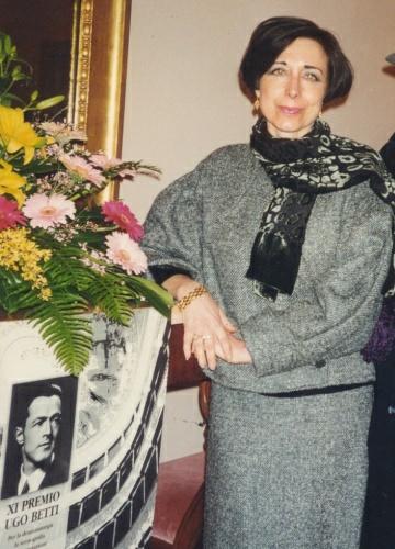 Maura Del Serra nel Teatro Marchetti di Camerino per ritirare il Premio Ugo Betti