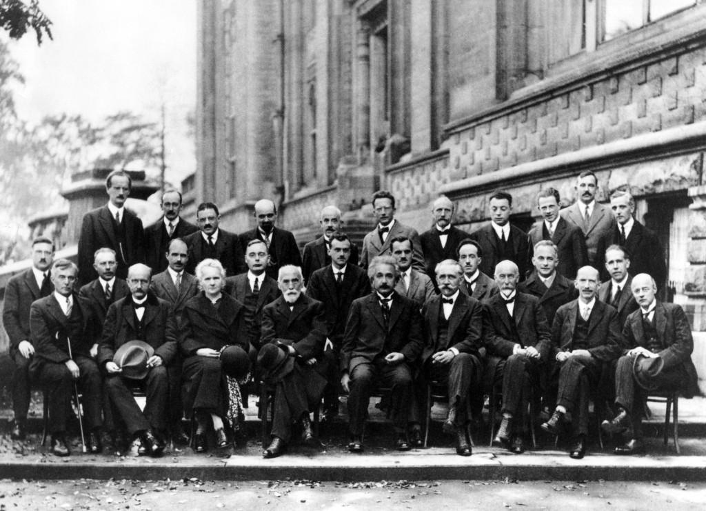 Institut International de Physique Solvay, Leopold Park, Bruxelles. Quinta conferenza Solvay, 1927. In piedi, in terza fila: A. Piccard, E. Henriot, P. Ehrenfest, E. Herzen, Th. de Donder, E. Schrödinger, J.E. Verschaffelt, W. Pauli, W. Heisenberg, R. Fowler, L. Brillouin; Nella fila centrale: P. Debye, M. Knudsen, W.L. Bragg, H.A. Kramers, P.A.M. Dirac, A.H. Compton, L. de Broglie, M. Born, N. Bohr; Seduti davanti: I. Langmuir, M. Planck, M. Skłodowska-Curie, H.A. Lorentz, A. Einstein, P. Langevin, Ch.-E. Guye, C.T.R. Wilson, O.W. Richardson
